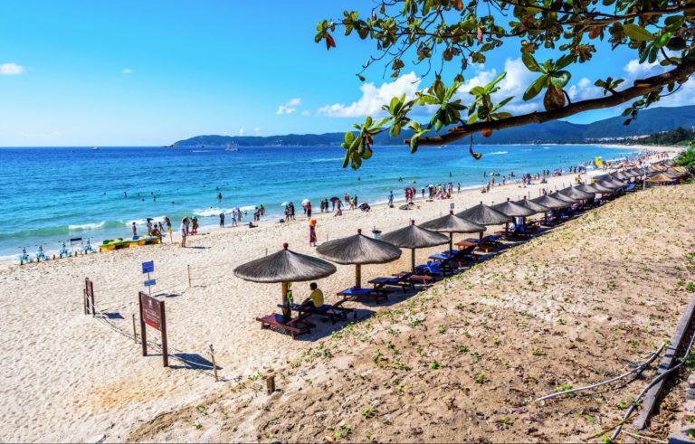 Пляж-бухты-Ялунвань-768x491